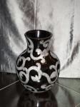 ваза черная с вензелями